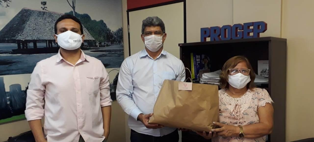 Time Enactus doa máscaras para Progep distribuir para trabalhadores terceirizados da UFPA
